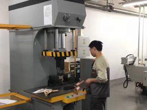 日本客戶在我們工廠測試液壓機
